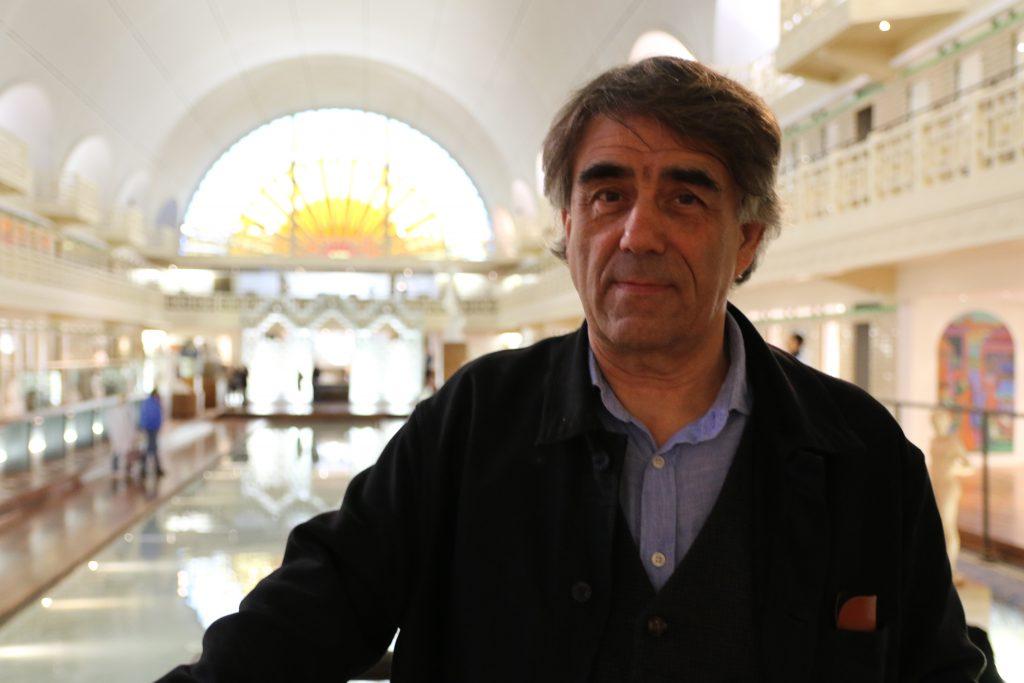 Burno Gaudichon, dans la salle du bassin du Musée de La Piscine de Roubaix