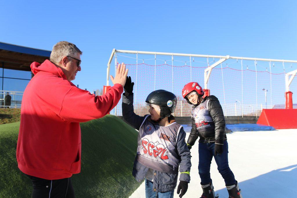 Cours de ski avec des jeunes sur la base de Loisinord