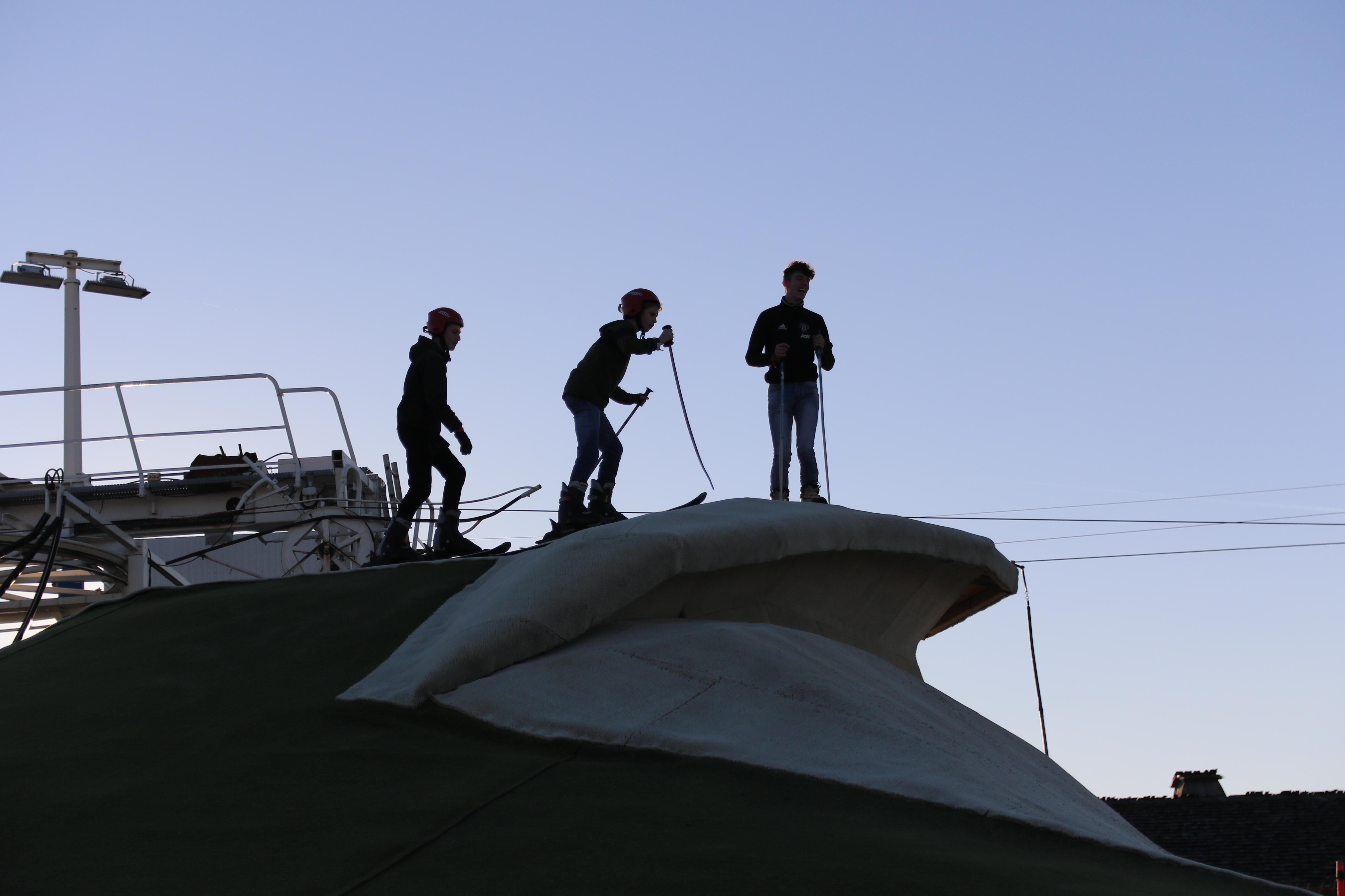 Skieurs sur le sommet du terril de Loisinord