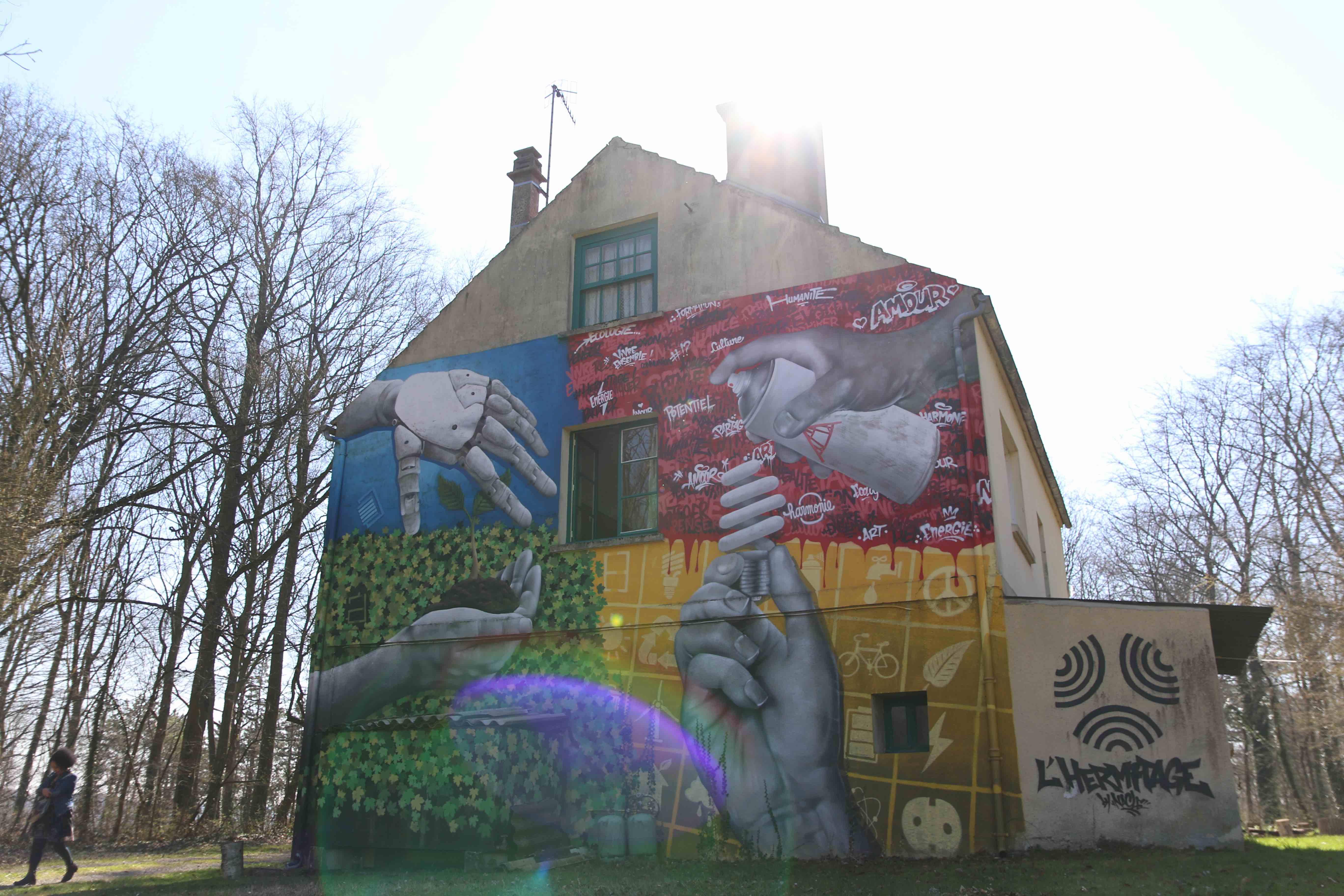 Un bâtiment de l'Hermitage recouvert de street Art